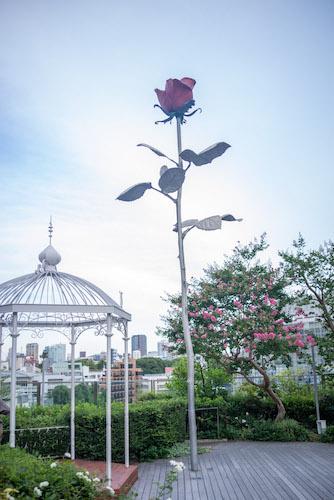 一輪の大きなバラのモニュメント