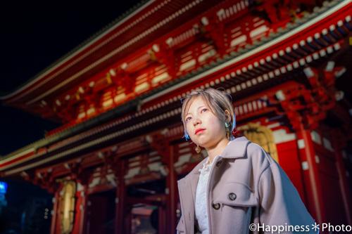 浅草寺の境内と大提灯を背景にポートレート撮影