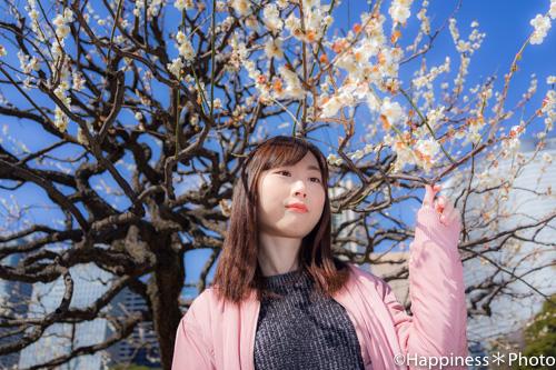 浜離宮恩賜庭園の白梅を背景にポートレート撮影