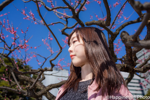 浜離宮恩賜庭園の紅梅を背景にポートレート撮影
